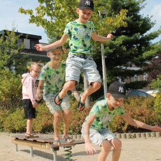 Sicherheit von Fahrradhelmen – Kind springt von einem Balancier-Spielgerät