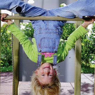 Bewegungserziehung. Kind am Reck.