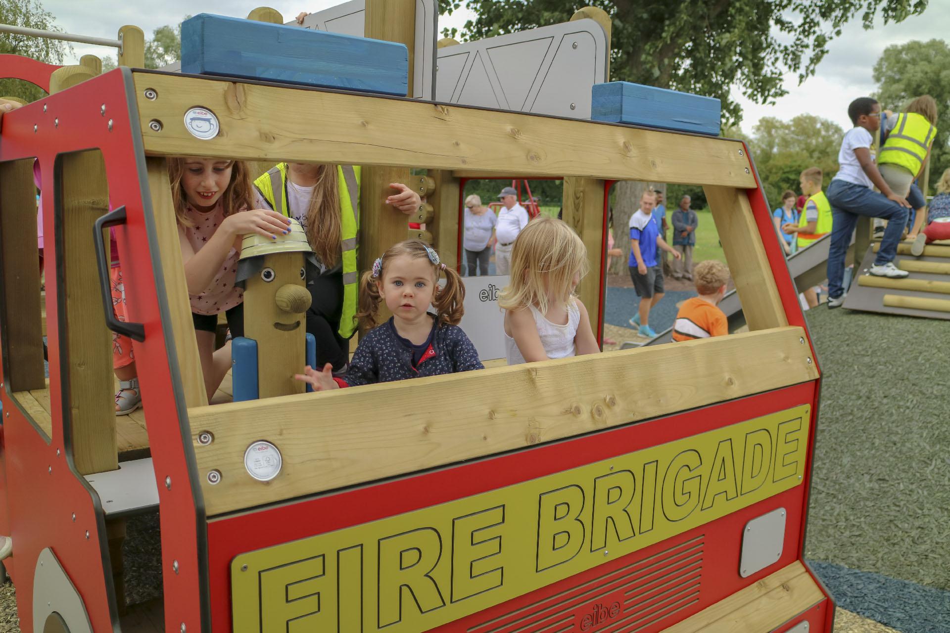 Rollenspiele: Kinder auf dem eibe Feuerwehrauto