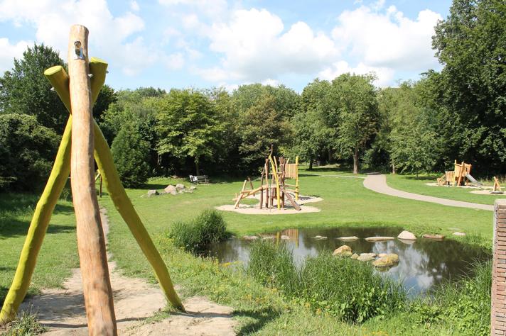 Mehrgenerationenpark – Parklandschaft mit Spielgeräten