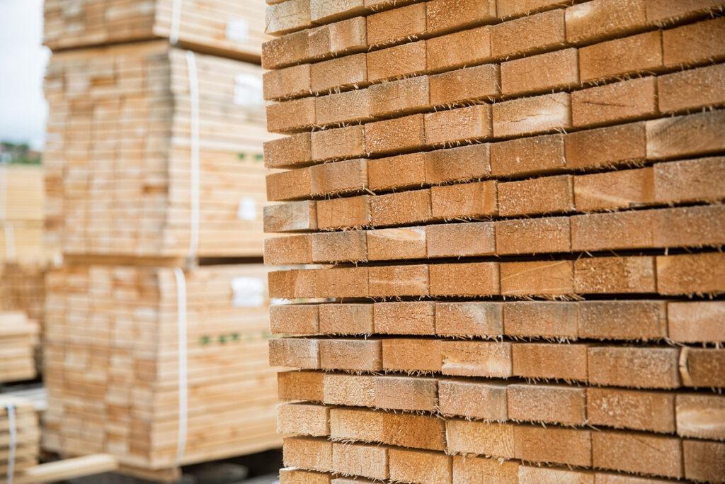 FSC®-Zertifizierung – großer Holzstapel aus Zuschnitten