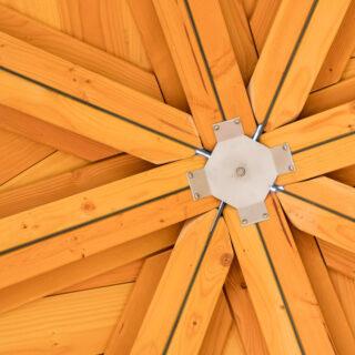 Holzart Lärche – Eine von unten fotografierte Holzdecke aus Lärchenholz.