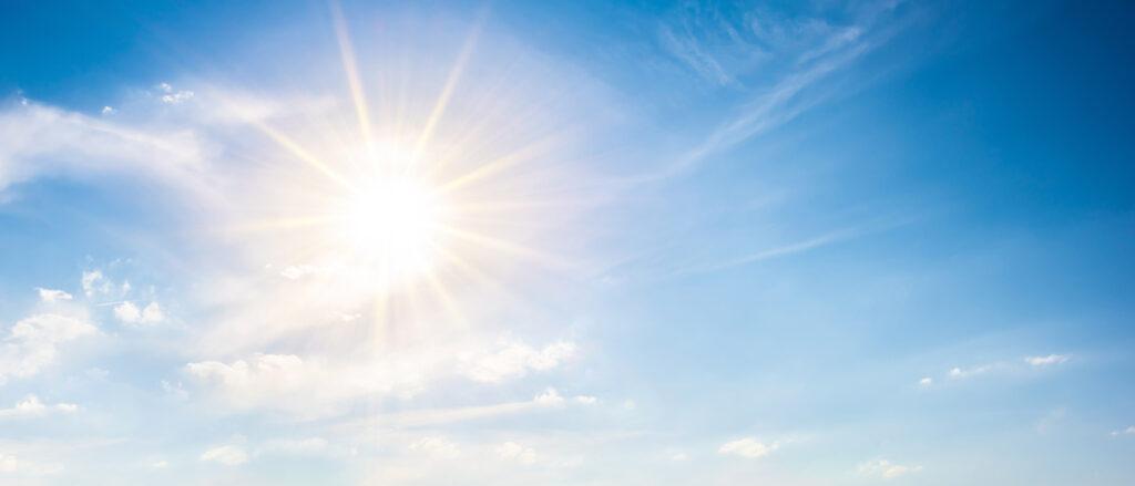 Ozonschicht – blauer Himmel mit strahlender Sonne