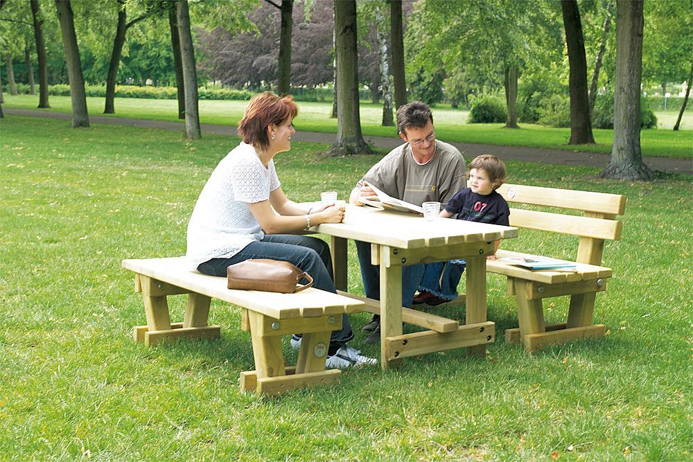 Außenmöbel für Schulen – Eltern sitzen mit ihrem Sohn in einer Sitzgruppe bestehend aus zwei Bänken mit Tisch.