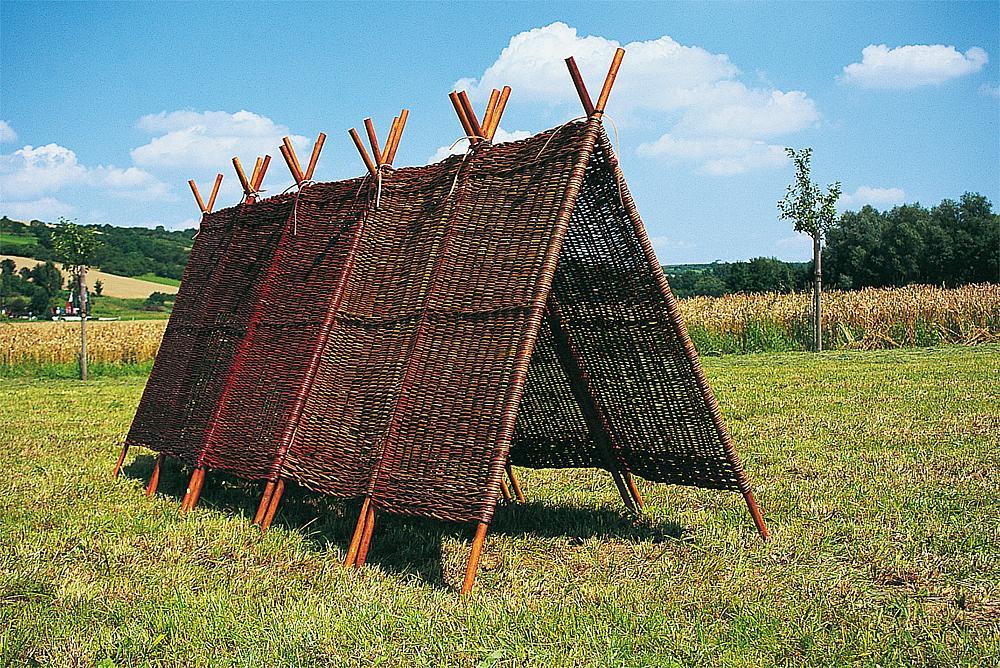 Außenmöbel für Schulen – Aus Weidenruten geflochtene Pyramide von eibe.
