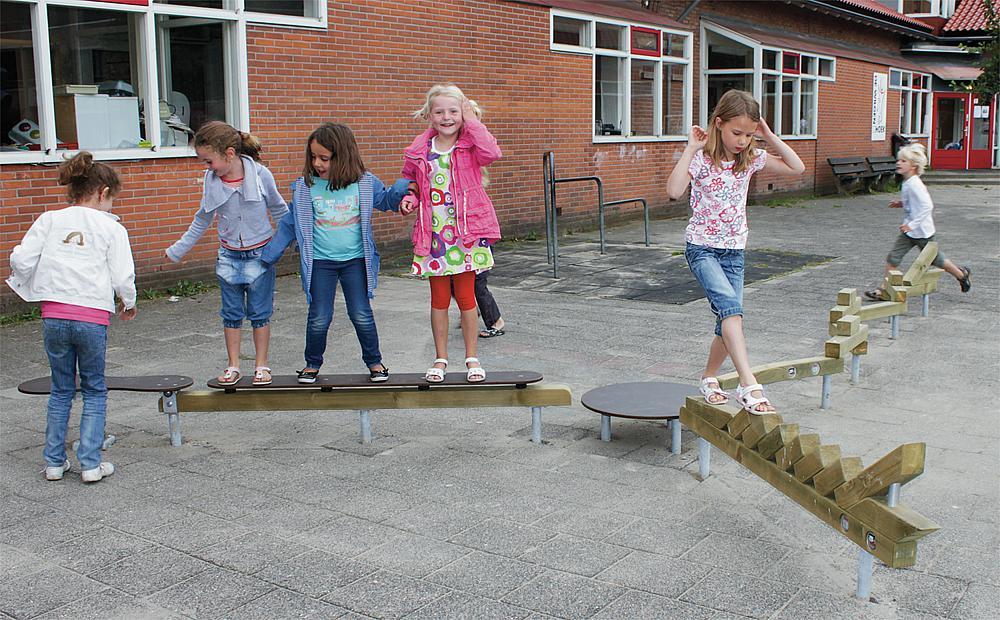 Gleichgewichtsübungen für Kinder – Kinder überqueren den Spieleparcours Terracombi midi von eibe.