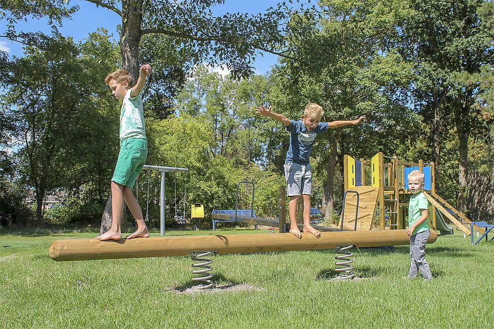 Gleichgewichtsübungen für Kinder – Jungen balancieren auf dem Balancetrainer Disco Fox von eibe.