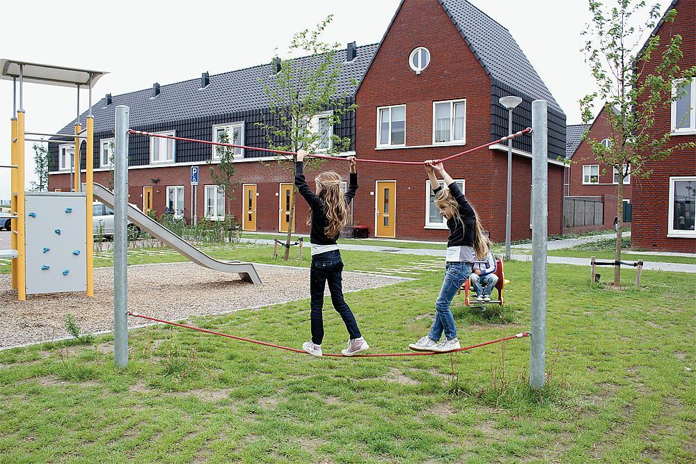 Gleichgewichtsübungen für Kinder – Zwei Mädchen hangeln sich das Balanceseil Walzer von eibe entlang.